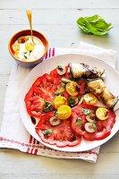 Tomatensalat mit Oliven und Auberginenröllchen