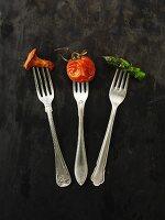 Gebratener Pfifferling, Tomate und Spargel auf Gabeln