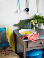 Röstgemüsesuppe auf rustikalem Holztischchen