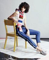 Junge Frau in Streifenhose, Top und gestreiftem Schal