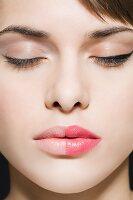 Frauengesicht jeweils zur Hälfte geschminkt und ungeschminkt