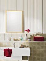 Beigefarbene Vlies-Streifentapete und geflieste Vorsatzschale mit Ablagefläche in Bad