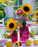 Kleine Sträuße aus Helianthus (Sonnenblumen), Cosmos (Schmuckkörbchen)