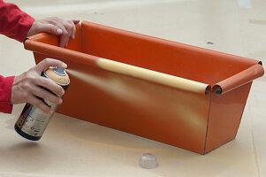 Orangen Metall - Blumenkasten aprikotfarben ansprühen:2/3