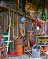 Blick ins Gerätehaus mit Werkzeug, Schubkarre, Töpfen