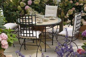 Schattenterrasse mit Hydrangea (Hortensien)