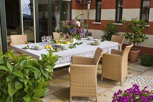 Terrasse mit großem Tisch und Korbsesseln, Citrus