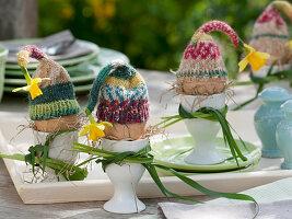 Eier mit selbstgestrickten Wärme - Mützen