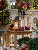 Herbstbalkon mit Laternen, Lichterketten, Windlichtern, Balkonkasten