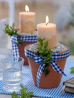 Tontöpfe mit Splitt-Steinen gefüllt als Kerzenhalter