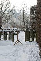 Blick auf Vogelfutterhaus im verschneiten Garten