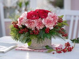 Winterstauß aus Dianthus 'Arthur' (Nelke), Rosa (Rose), Ilex (Stechpalme)