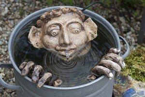 Getoepfertes Wasserspiel Mann im Wasser