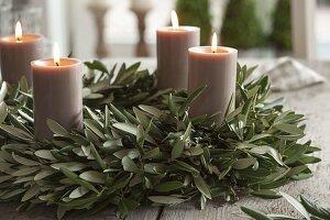 Mediterraner Adventskranz aus Olivenzweigen mit Kerzen