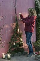 Stilisierter Weihnachtsbaum aus Apfelzweigen