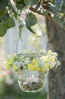 Einmachglas als Windlicht mit Kränzchen aus Blüten von Antirrhinum