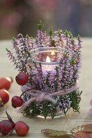 Windlicht verkleidet mit Calluna (Knospenbluehender Besenheide)