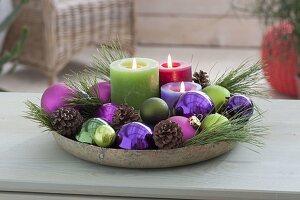 Schale mit Kerzen, Kugeln , Zapfen, Zweigen von Pinus (Kiefer)