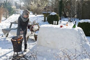 Schneebar im winterlich verschneiten Garten