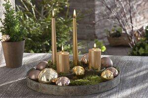 Rundes Metalltablett als Adventsdeko auf Terrassentisch