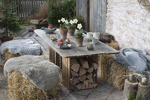 Ländliche Winter-Terrasse mit Strohballen