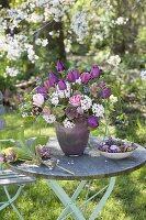 Strauss aus Tulipa (Tulpen), Helleborus orientalis (Lenzrosen),