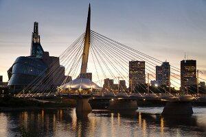 Red River mit Esplanade Bridge, Kanadischen Museum für Menschenrechte (links) und Skyline, Winnipeg, Provinz Manitoba, Kanada