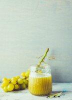 Apfel-Sellerie-Saft mit grünen Trauben