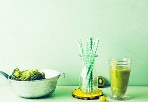 Grüner Brokkoli-Ananas-Drink mit Kiwi und Trauben