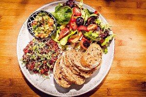 Tatar mit Salat und Brot