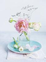 Kleiner Blumenstrauß aus Ranunkeln und Tulpe
