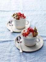 Mascarpone-Milch-Eis mit Granatapfelsauce und Kürbiskernkaramell