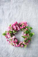 Kranz aus Blüten vom Zierapfel
