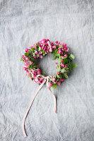 Kranz aus Blüten vom Zierapfel mit Schleife