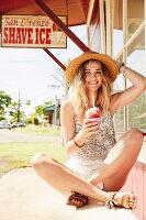Junge Frau mit Sommerhut und Eis