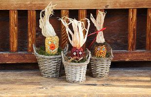 Mais-Gesichter als Herbstdekoration
