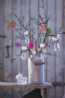 Hängender Garten: Adventsgesteck aus Ästen mit Sternen und Minivasen