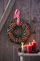 Weihnachtlicher Wandkranz aus Haselnüssen und Efeu