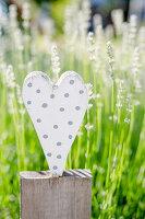 Herz aus Holz als Deko im Garten