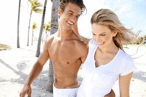 Junges Paar beim Spazieren am Strand