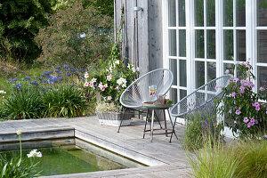Kleiner Sitzplatz auf Holzdeck am Schwimmteich