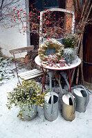 Winterliche Terrasse mit Hagebutten-Strauß