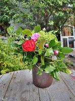 Sommerstrauß mit Rosenblüten und schwarzer Johannisbeere