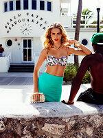 Junge blonde Frau im modischen Outfit im BH und Rock