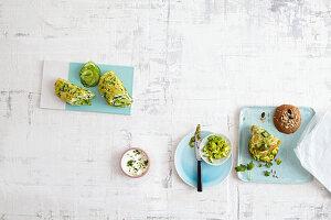 Low-Carb-Brot 'To Go' Kräuter-Wraps und Omelett-Brötchen