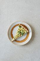 Brokkoliquiche mit Walnüssen auf Teller