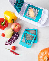 Obst-und Gemüseschneider mit verschiedenen Einsätzen