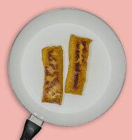 Gebratene Lupinenschnitzel in der Pfanne