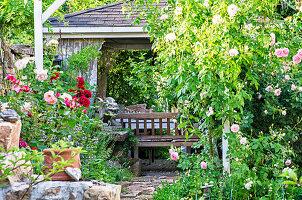 Versteckter Pavillon im Rosengarten, Steindrache als Wächter