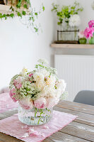Pastelliger Strauß mit Rosen und Giersch-Blüten